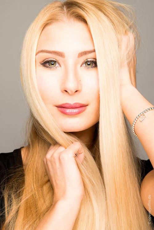 Anna-Maria from Dietzenbach, Hair: blond (hell), Eye: blau-gr�n, German: Muttersprache, English: Fliessend, French: Fortgeschritten, Spain: leichte Konversation