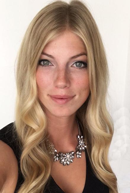 Clara aus Hennef, Haare: blond (mittel), Augen: blau-grau, Deutsch: Muttersprache, Englisch: Fliessend, Französisch: nein, Spanisch: leichte Konversation