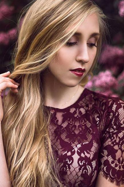 Tina aus Stendal, Haare: blond (hell), Augen: blau-grau, Deutsch: Muttersprache, Englisch: Fliessend, Französisch: leichte Konversation, Spanisch: nein